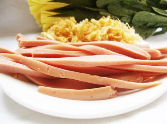 Cách làm cơm cuộn Hàn Quốc - thái xúc xích và trứng thành những dải dài