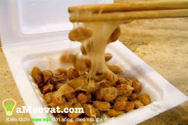 Đổ Natto ra một tô sạch cho nước sốt đậu nành, đường, mù tạt và muối trộn đều nên