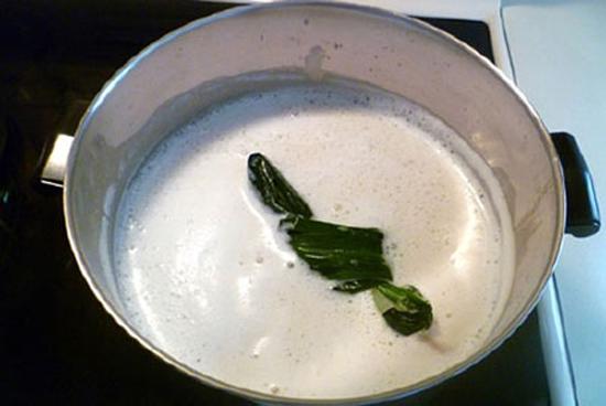 tào phớ - Đun sữa cùng lá dứa cho dậy mùi thơm