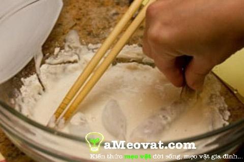 Cách làm tôm chiên bột - nhúng ngập tôm vào bột chiên giòn