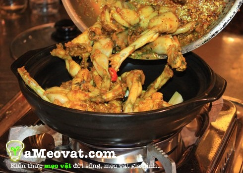 Cách nấu cháo ếch singapore ngon nhất - Cho thịt ếch vào nồi rim