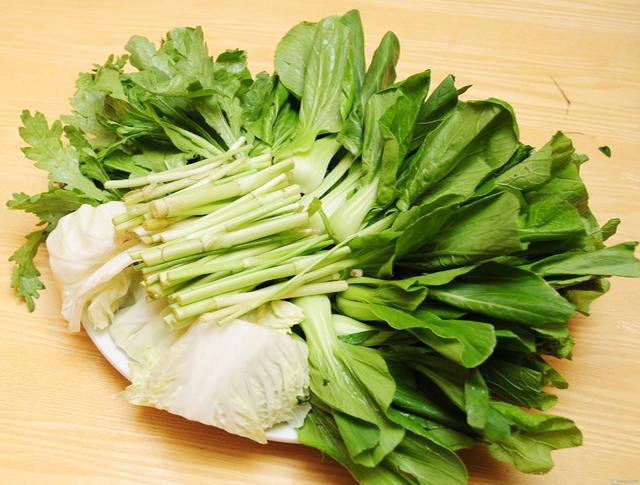 Rau xanh cắt khúc để xào mì, rau xanh có thể thay đổi theo sở thích