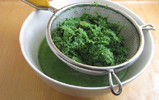 Dùng lá dứa để làm chè trôi nước màu xanh - Cách làm chè trôi nước hấp dẫn