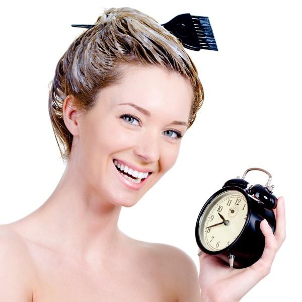Buôi thuốc nhuộm lên và dùng lược nhuộm tóc để trải màu nhuộm