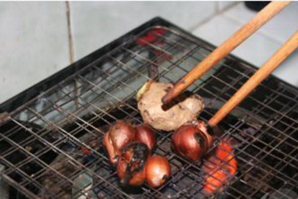 Cách nấu phở gà ngon - Nướng hành và gừng