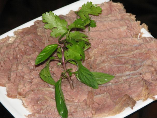Cách làm phở bò ngon - Thịt bò luộc tái; thái lát mỏng