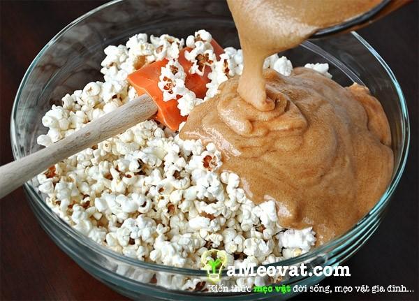 Cách làm bắp rang bơ - Cho bắp quay vào hỗn hợp caramen