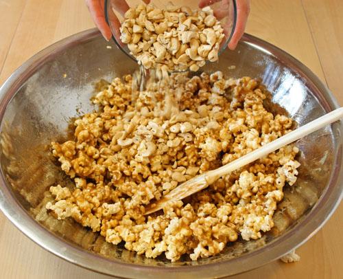 Cách làm bắp rang bơ - Trộn đều cho hạt ngô thắm đều hỗn hợp caramen