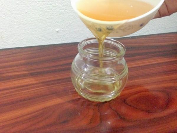 Cách làm dầu dừa nguyên chất - Cho dầu dừa vừa ép được vào trong hộp thủy tinh
