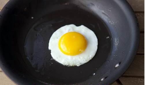 Cách làm cơm trộn hàn quốc - Đặt chảo lên bếp cho dầu vào và thực hiện chiên trứng