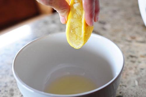 Cách làm sinh tố cà chua - Vắt lấy nước cốt chanh