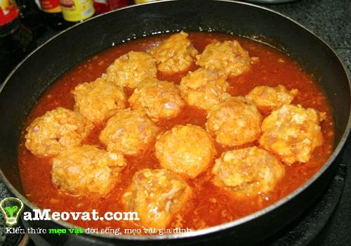Cách làm xíu mại - Cho xíu mại vào nấu chung với nước số cà chua