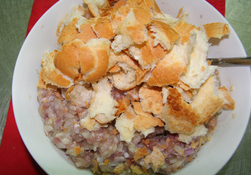 Cách làm xíu mại ngon - Cho bánh mì vào ướp chung với thịt xay nhuyễn