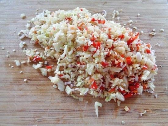 Cách làm nước chấm ốc ngon - Băm nhuyễn tỏi và ớt rồi trộn đều với nhau