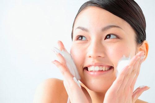 Cách trang điểm tự nhiên - Rửa sạch mặt trước khi trang điểm
