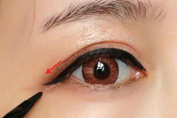 Cách trang điểm mắt đẹp - Kẻ mí mắt