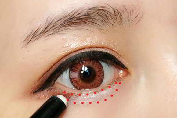Cách trang điểm mắt đẹp tự nhiên - Dùng bút chì màu trắng tô nhẹ lên mí mắt
