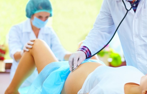 Khi bị vỡ ối mẹ nên đến ngay bệnh viện để chuẩn bị sinh em bé - Dấu hiệu chuyển dạ sắp sinh