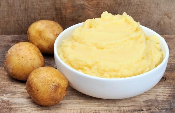 Nghiền nhuyễn khoai tây đã làm chín - Cách đắp mặt nạ khoai tây sữa tươi