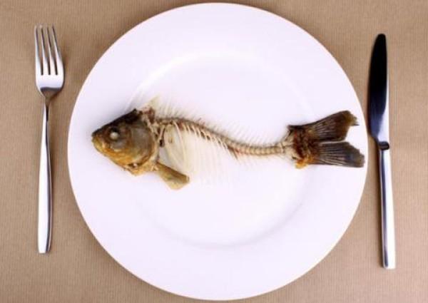 Không nên cố gắng nuốt hay tác động sai cách khi bị hóc xương cá - cách chữa hóc xương cá