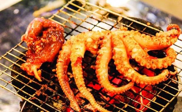 Cách làm bạch tuộc nướng sa tế - Cho bạch tuộc đã ướp trước đó đầy đủ hương liệu gia vị vào nướng