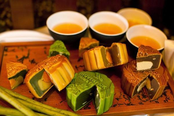 Thưởng thức trà khi ăn bánh trung thu