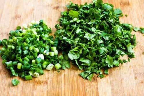 Cách nấu canh bí ngô - Rửa sạch hành lá và rau mùi rồi đem thái nhỏ