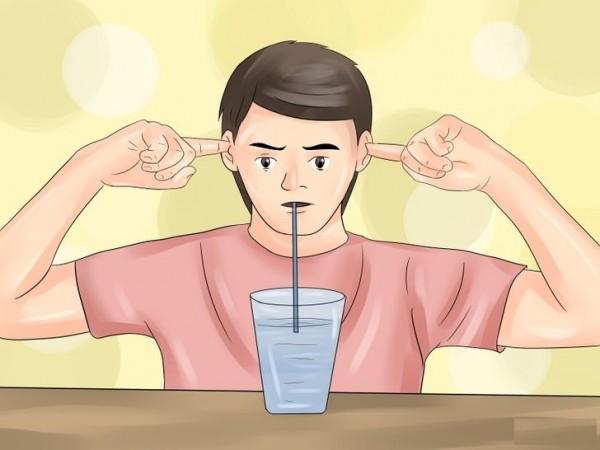 Bịt chặt tai và uống nước cũng là một cách để chữa nấc - các chữa nấc