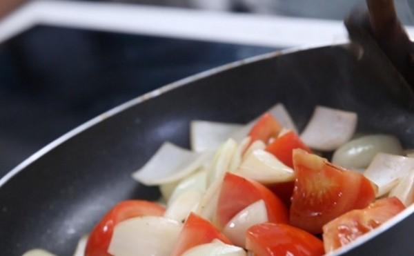 Phi thơm cà chua hành tỏi để tạo thành nước sốt bánh mì chảo - cách làm bánh mỳ chảo