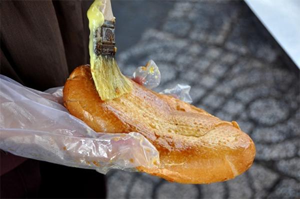 Phết phần nước sốt lên bánh mì - cách làm bánh mì nướng muối ớt