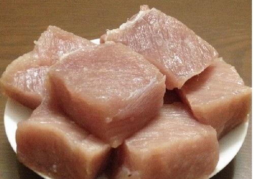 Cách làm ruốc thịt lợn - Cắt thịt heo thành miếng vuông 10cm