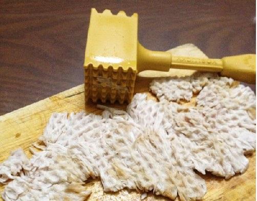 Cách làm ruốc bông - Dùng chày đập nhẹ lên miếng thịt