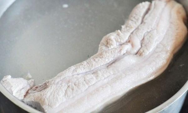 Cho thịt vào luộc trước khi quay - cách làm thịt heo quay