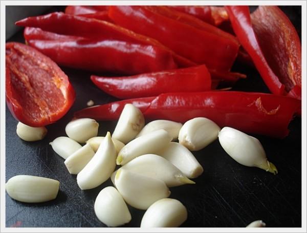 Tỏi và ớt tươi - cach lam mang chua