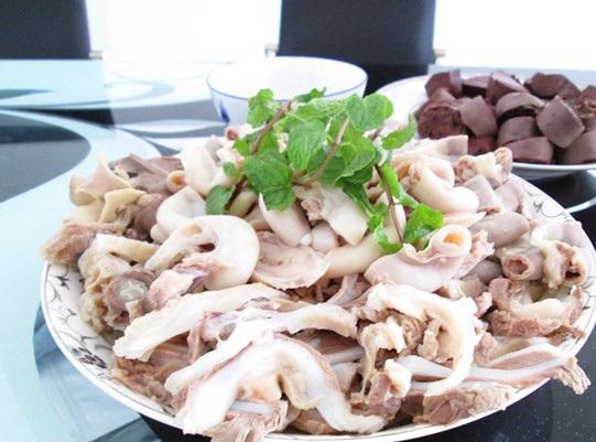 Cách nấu cháo lòng ngon - Cắt phần lòng heo thành từng miếng vừa ăn