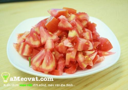 Cách nấu lẩu cua đồng - Cắt cà chua thành hạt lựu