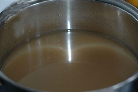 Cách nấu lẩu riêu cua - Lọc lấy phần nước từ thịt cua