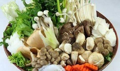 Cách nấu lẩu thập cẩm - Rau và nấm ăn lẩu được rửa sạch và để ráo nước