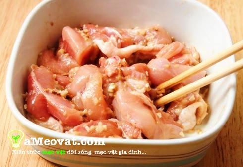 Cách nấu lẩu thập cẩm - Đem thịt gà rửa sạch, để ráo nước rồi ướp gia vị