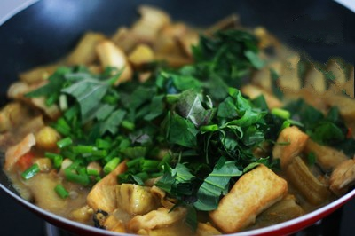 Ốc nấu chuối đậu - Nêm nếm cho thêm gia vị còn lại vào