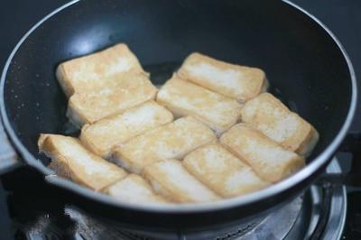 Ốc nấu chuối đậu - Chiên đậu phụ qua chảo dầu