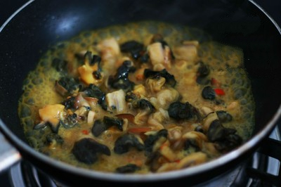 Ốc nấu chuối đậu - Cho ốc vào xào lăn