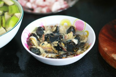 Ốc nấu chuối đậu - Cho ốc vào ngâm với giấm