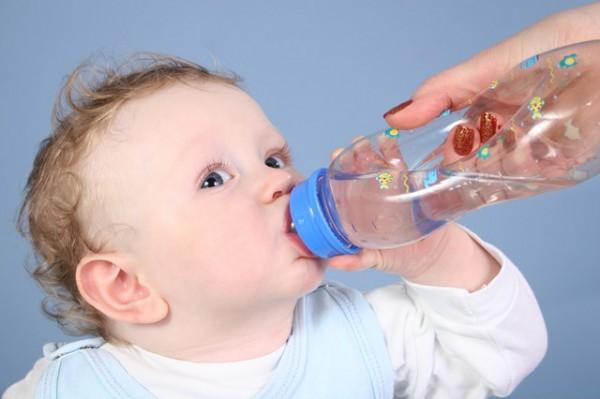 Cho trẻ uống nhiều nước khi trẻ bị sốt - cách hạ sốt cho trẻ sơ sinh