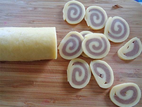 Cắt phần bột thành các miếng vừa ăn - cách làm bánh tai heo