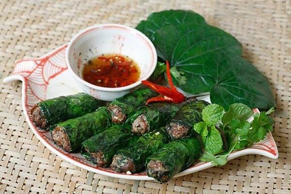 Chả lá lốt thường được ăn nóng với nước chấm tỏi ớt kèm cơm hoặc bún - cách làm chả lá lốt