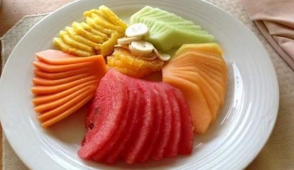 Cắt hoa quả thành hình miếng vừa ăn - trái cây dầm