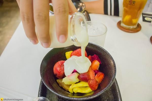 Đổ sữa lên phần hoa quả đã xếp lớp - cách làm hoa quả dầm