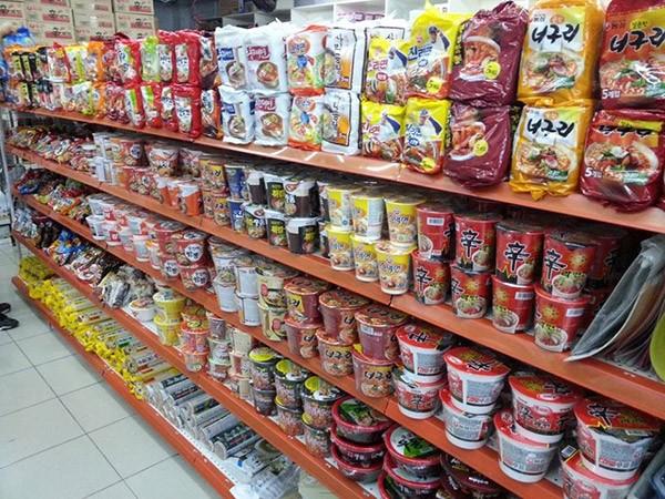Mì gói Hàn Quốc được bán khá nhiều ở siêu thị - cách làm mì cay hàn quốc