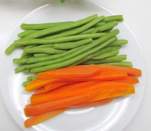 Đậu que và cà rốt - cach lam trung cuon